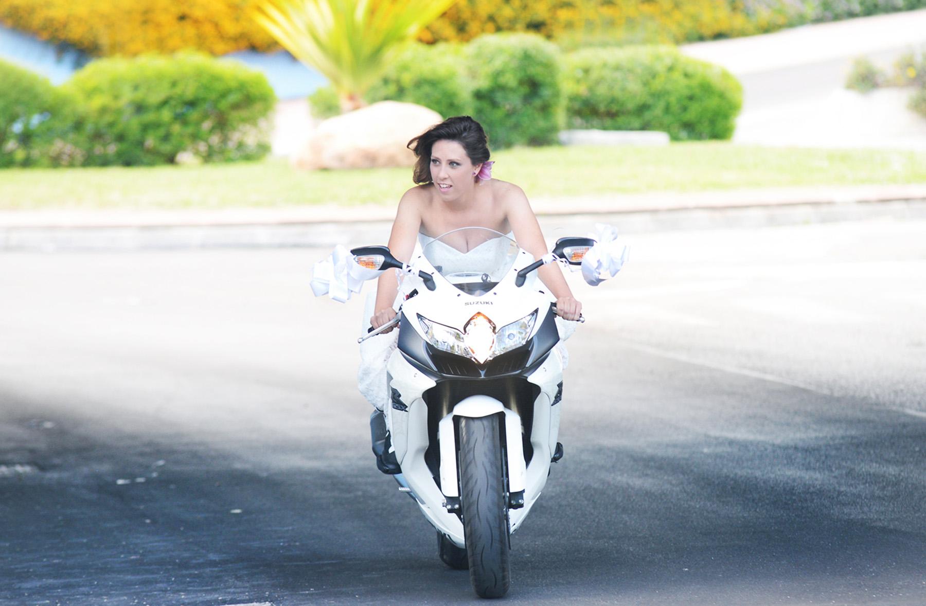 novia en moto fotografia de boda